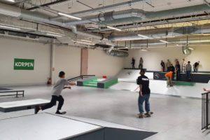 Skateboardåkare inne på Västerås Skate och Parkourhall. Foto: Pressbild