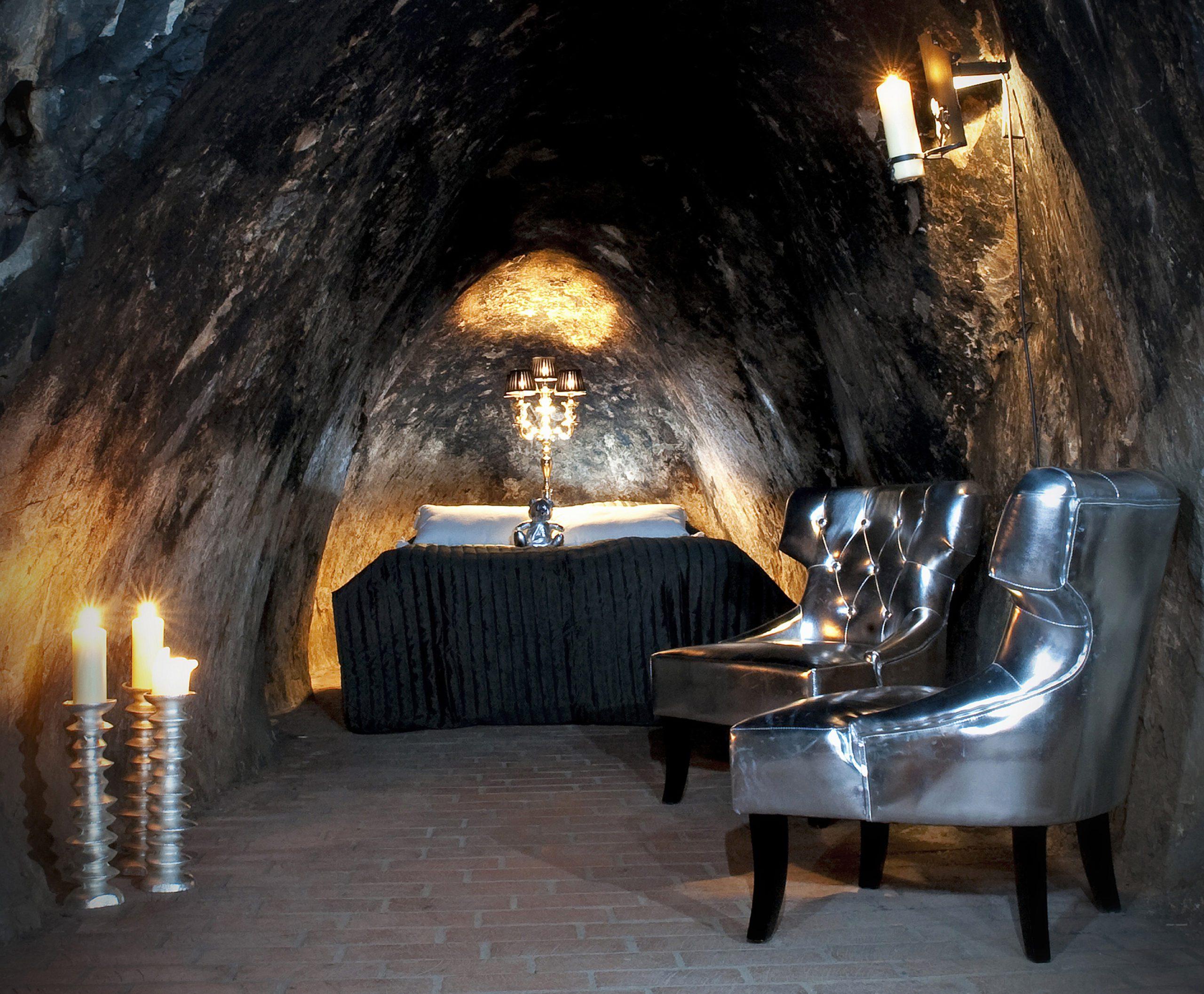 Säng, fåtöljer och ljus i gruvsviten. Foto: Pressbild Sala silvergruva