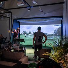Två personer spelar Västerås indoorgolf. Foto: Pressbild/ Christoffer Snöborg