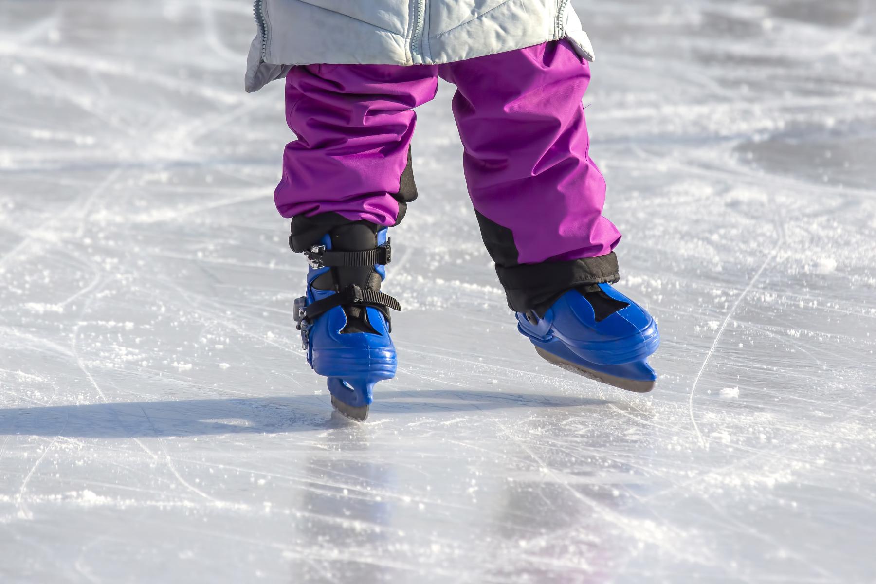 Ett barn som åker skridskor. Foto: Mostphotos