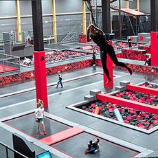 Människor som hoppar på Jumpyard i Västerås. Foto: Pressbild