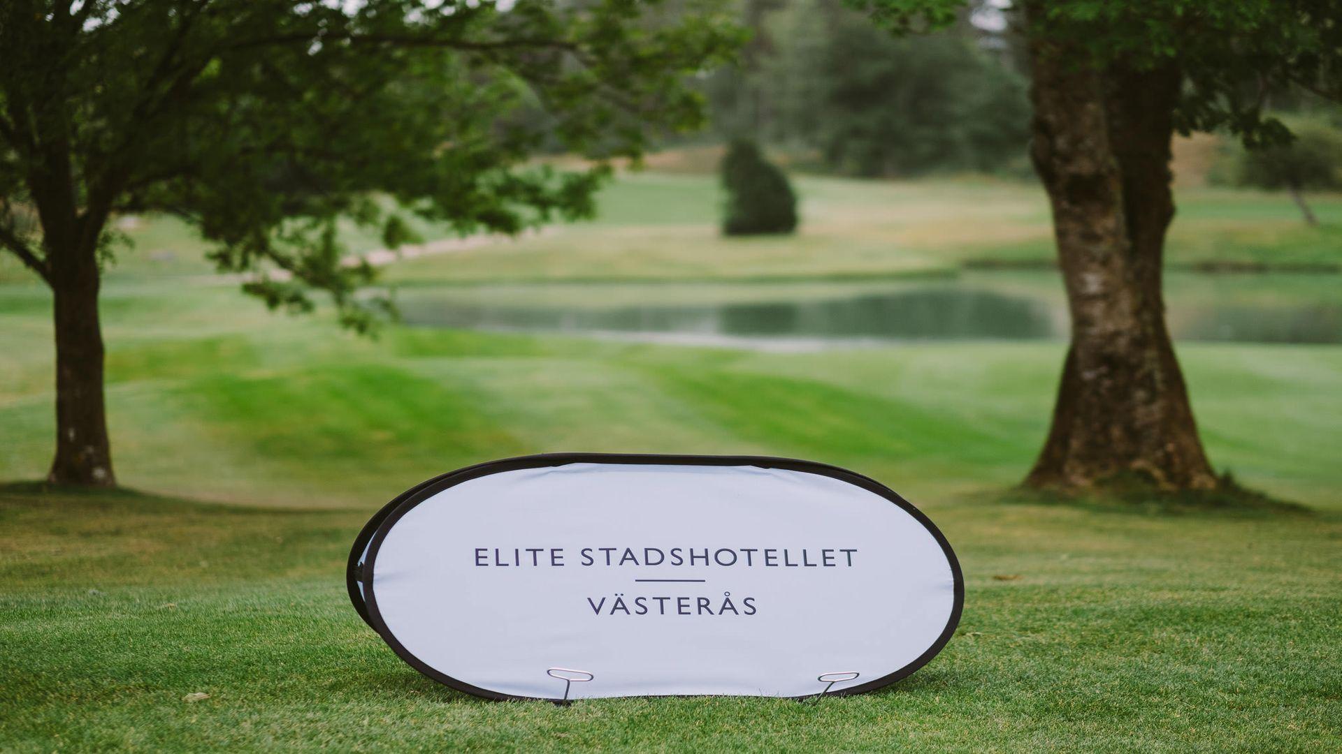 Skylt på golfabanan med texten Elite Stadshotellet Västerås på. Foto: Pressbild.