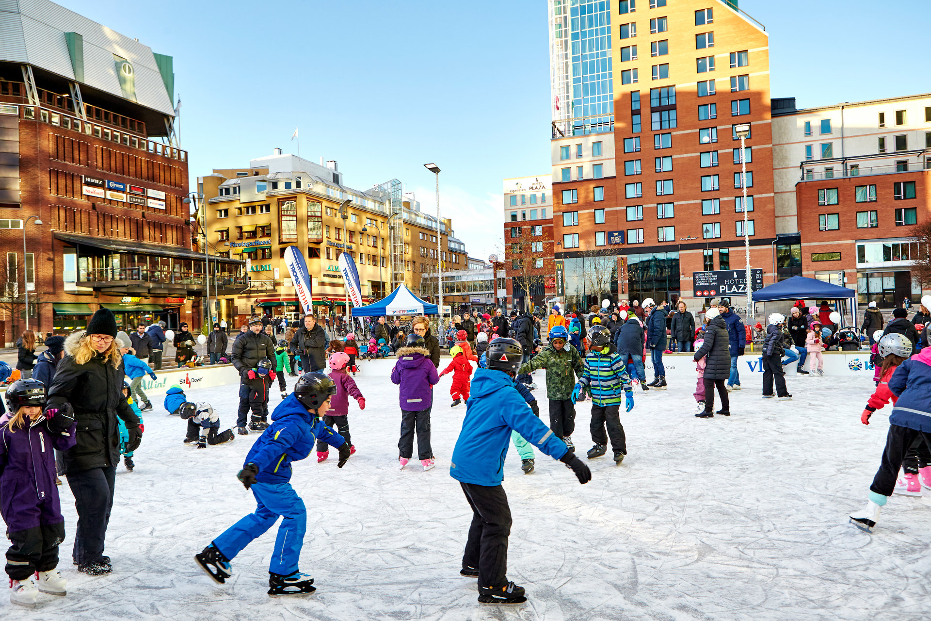 Barn åker skridskor på isbanan i västerås city. Fotograf: Pia Nordlander
