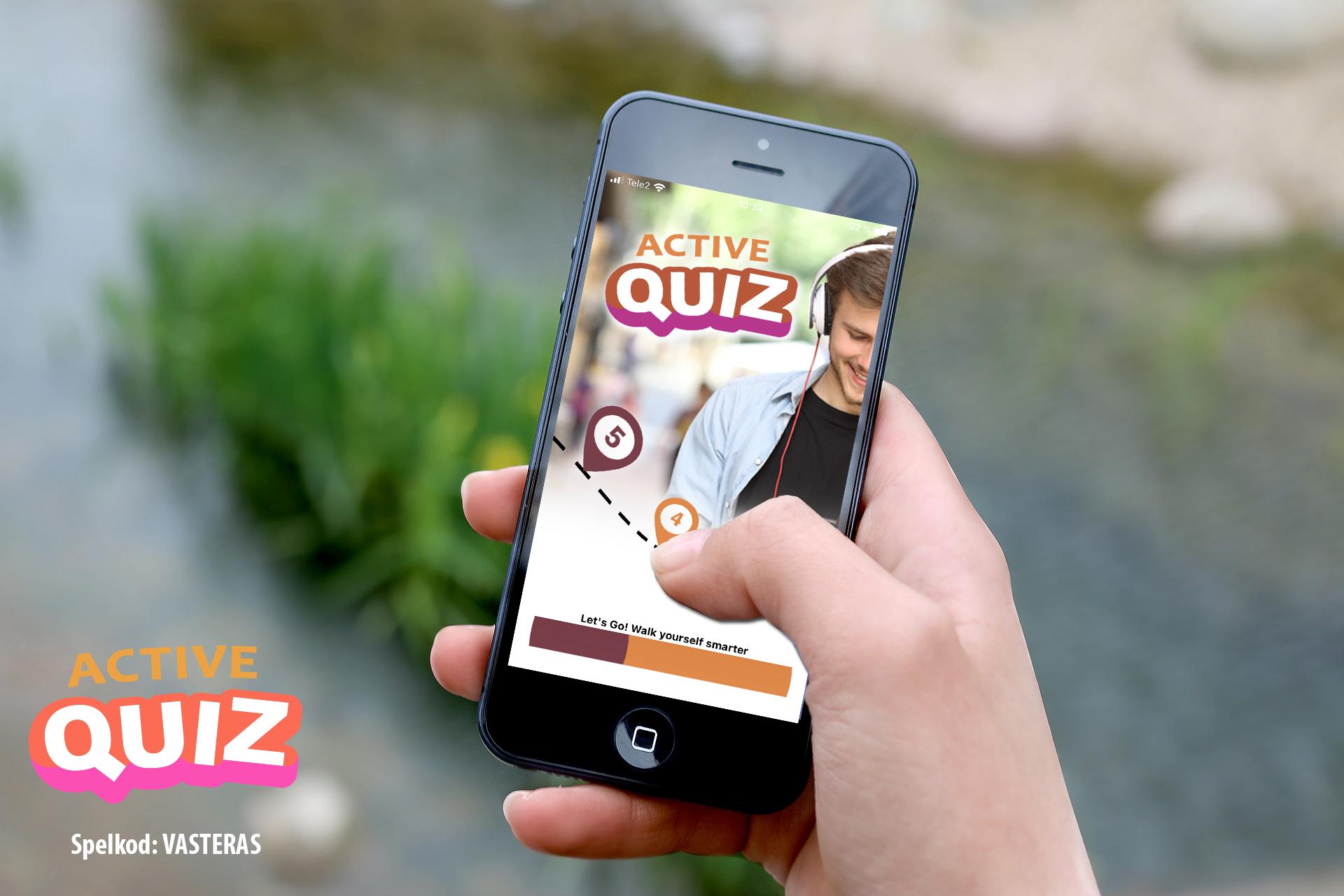 Hand som håller i en mobil och spelar Active Quiz. Foto: Pressbild