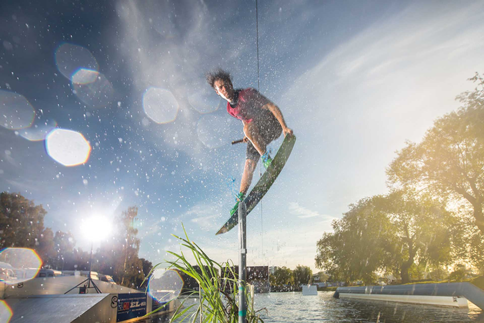 Man hoppar med wakeboard i Västerås Cable park.