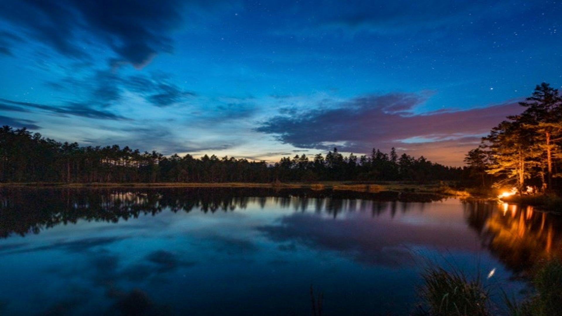 Utsikt över en vacker sjö i mörker. Fotograf: Marcus Westberg