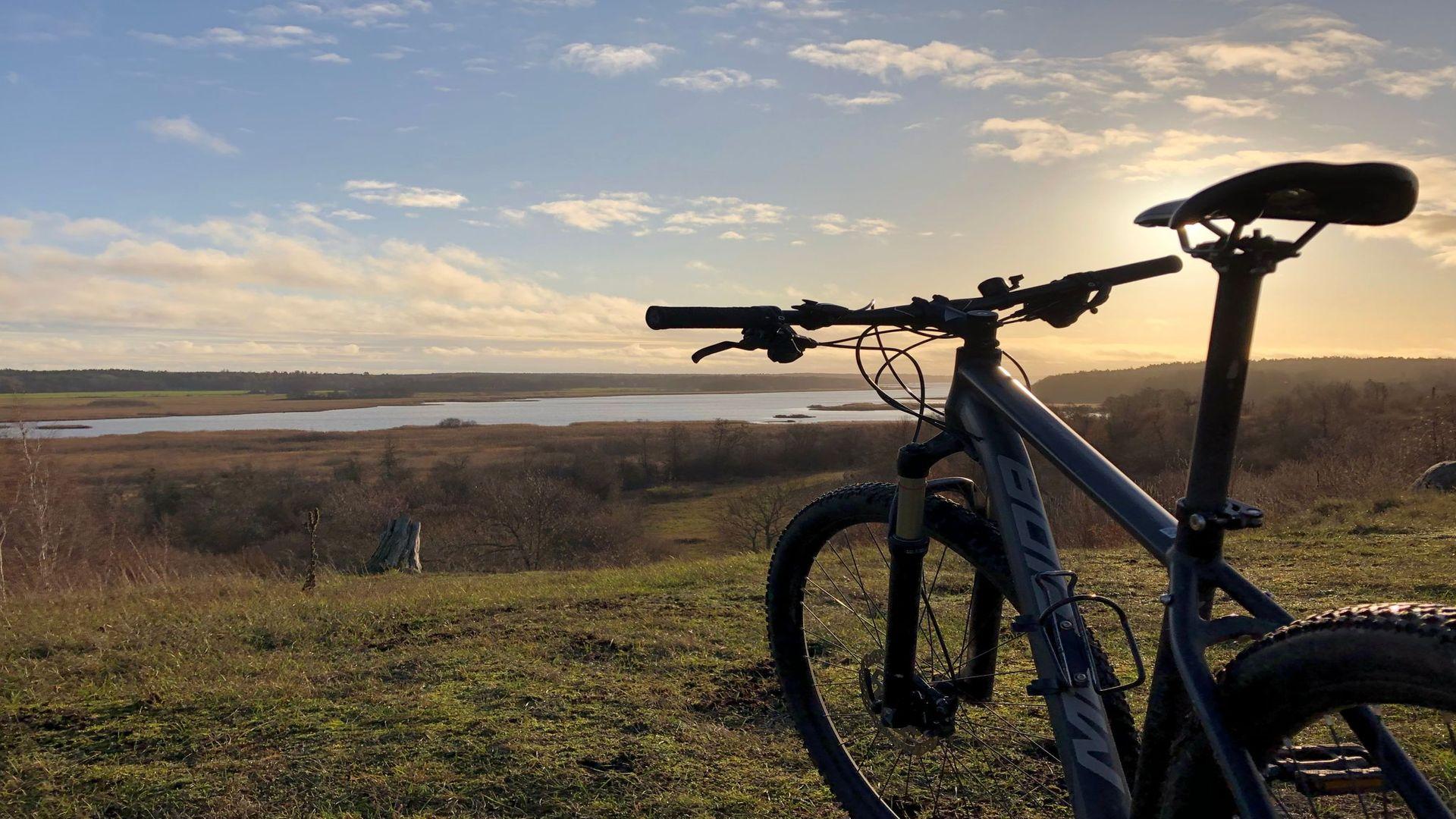 En vacker vy med utsikt och en synlig mountainbike. Fotograf: Pressbild