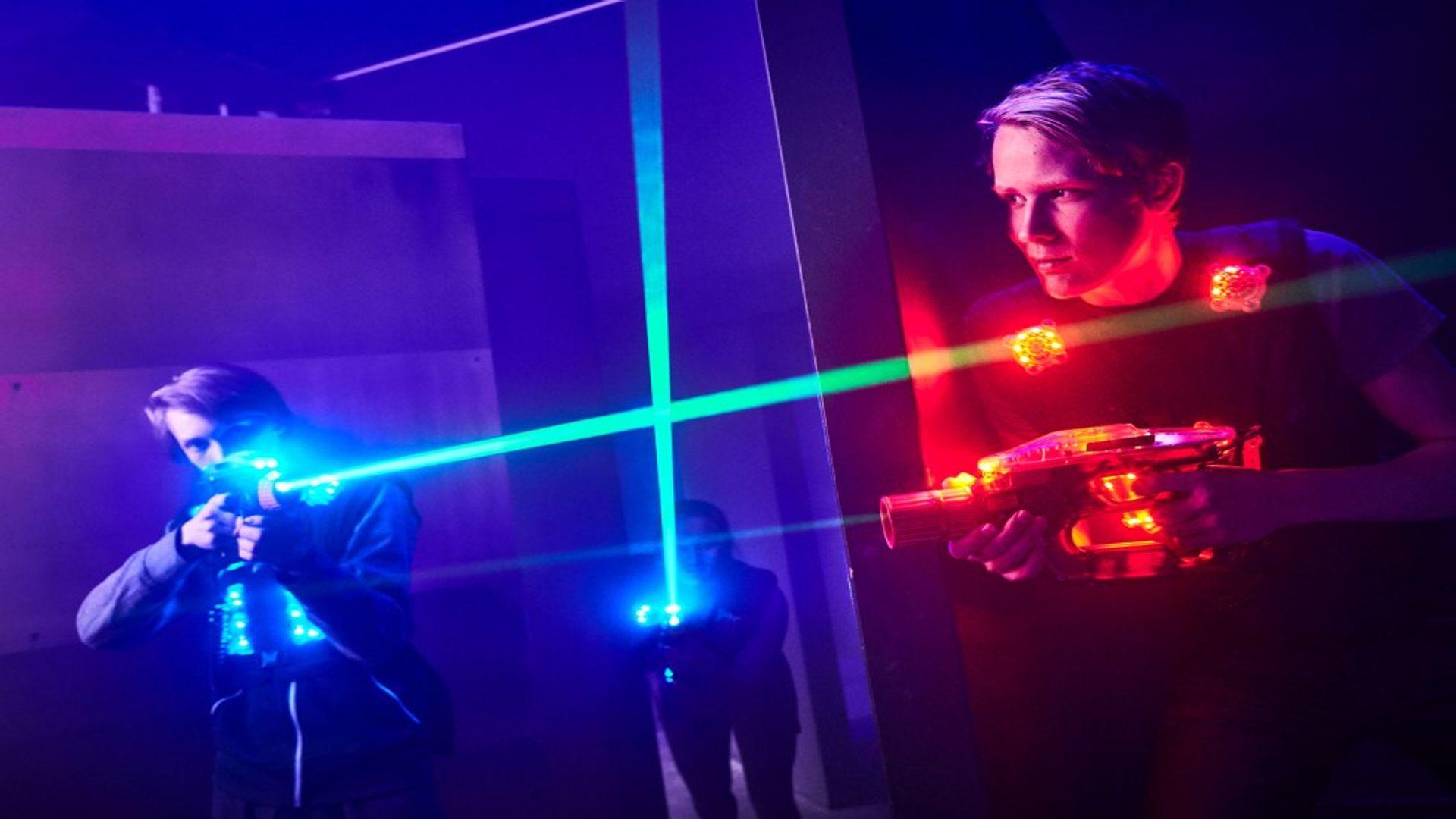 2 pojkar med laserpistoler på prison island. Fotograf: Pressbild Prison Island
