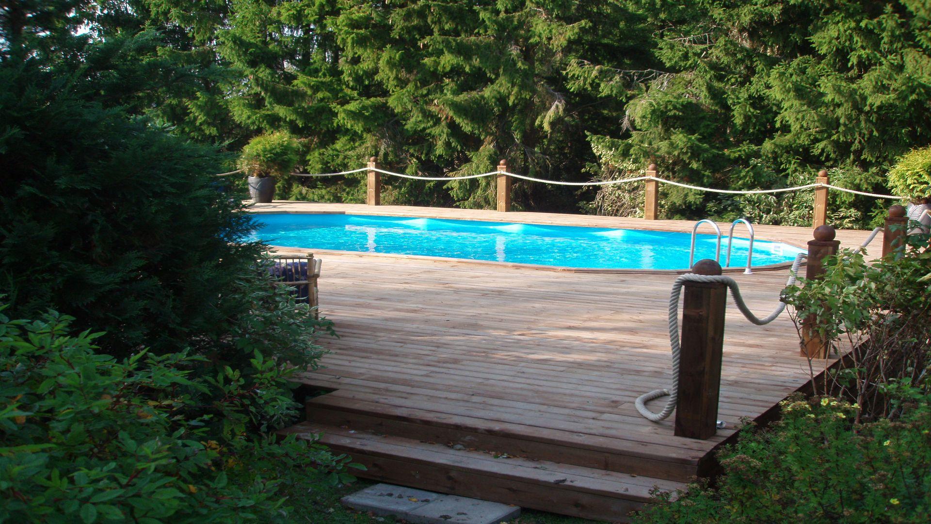 Utsikt över poolområde på Rosenberg gård och stuga. Fotograf: Pressbild