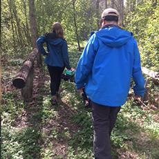 En kvinna och en man vandrar i skogen. Pressbild.