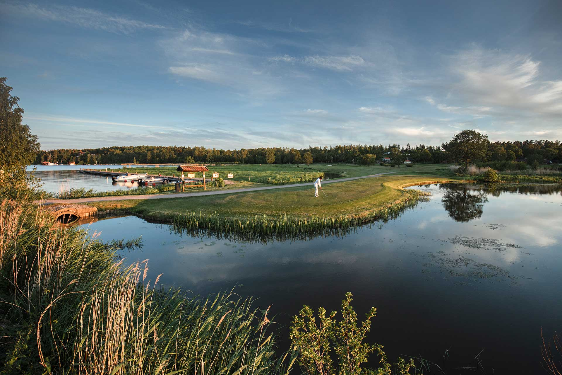 Golfare som står och slår på Frösåkers Golf & Country Club. Foto: Jacob Sjöman