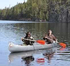 En kvinna och en man som paddlar kanadensare. Pressbild