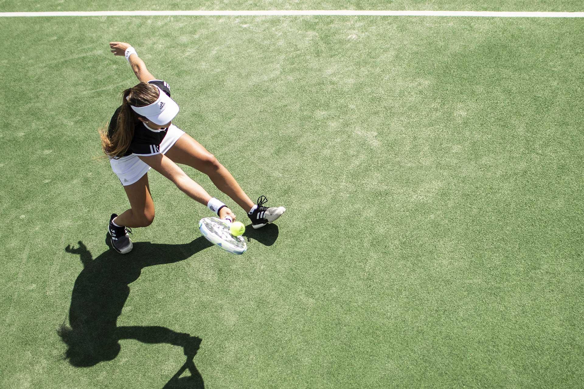 Vy från ovan på tjej som spelar padel. Pressbild.
