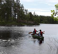 Två människor som paddlar iväg i en kanadensare. Pressbild.
