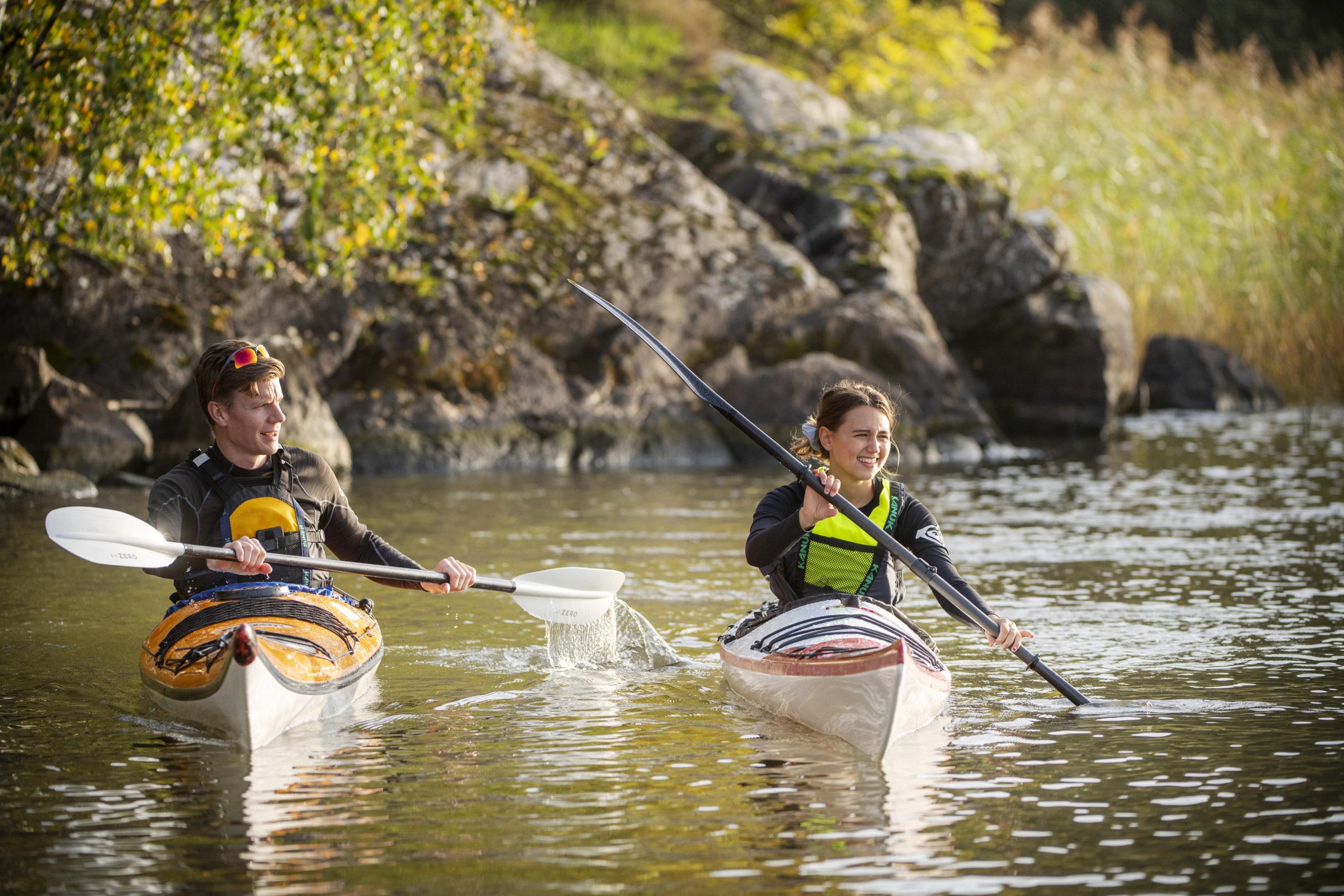 Två personer paddlar. Fotograf. Jonas Bilberg