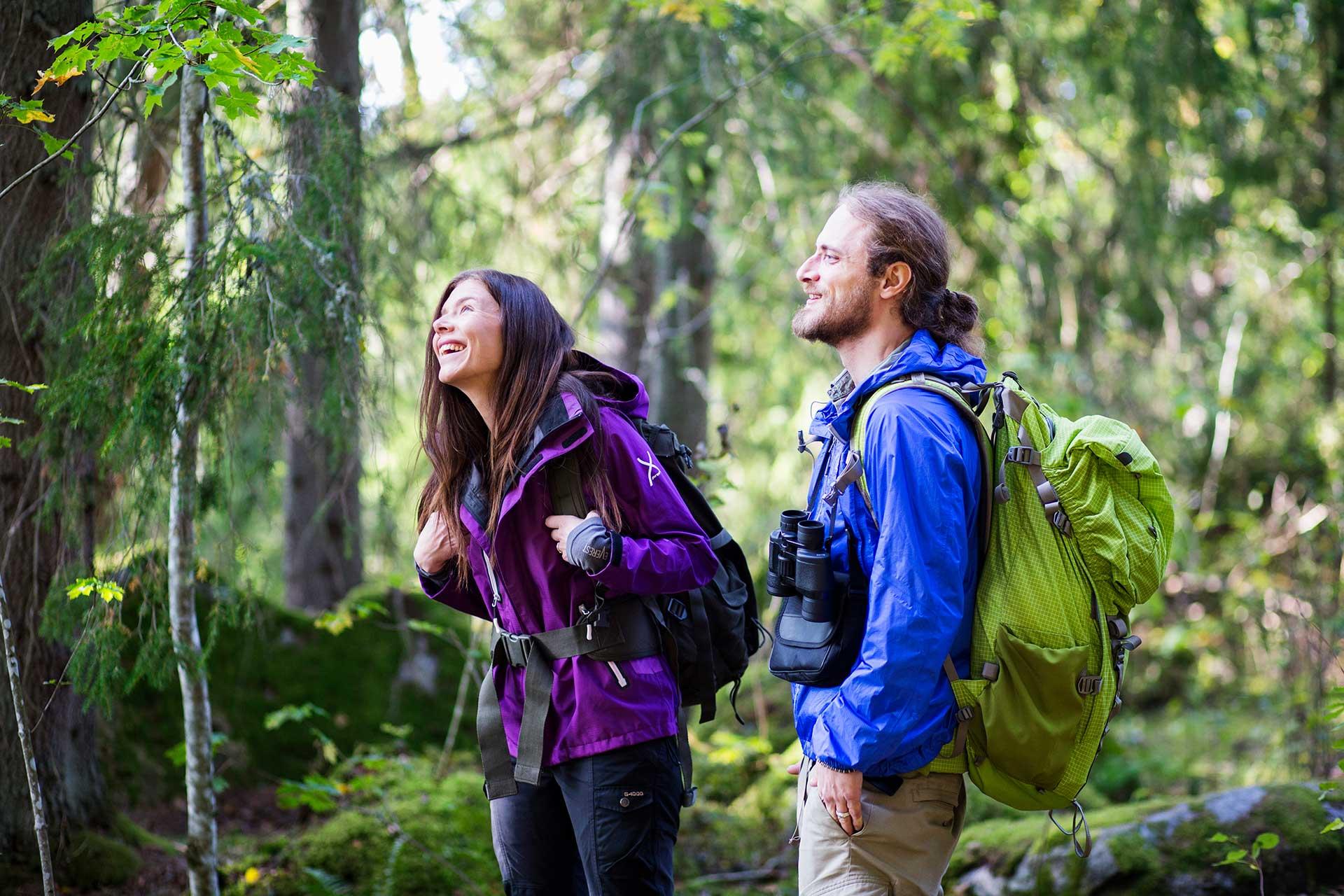 2 personer vandrar i skogen. Fotograf: Roger Borgelid