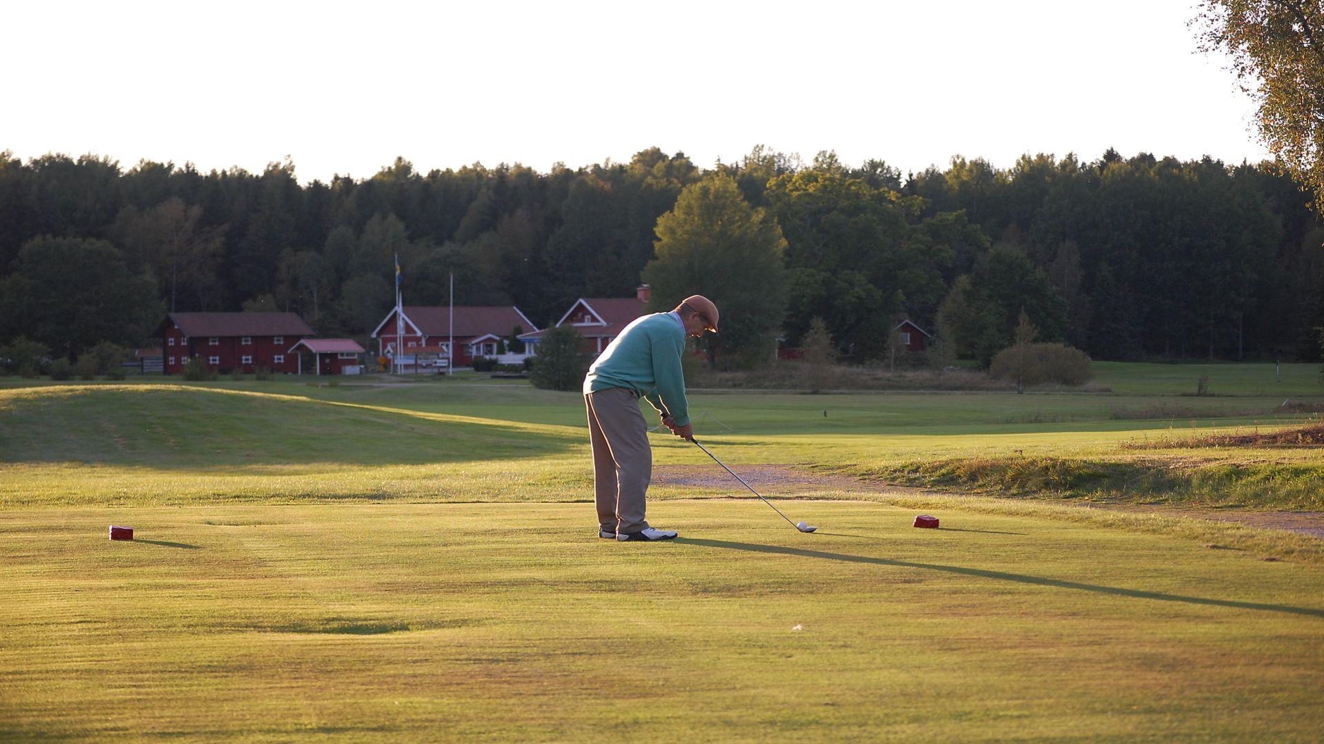 En man spelar golf. Fotograf: Arboga kommun pressbild