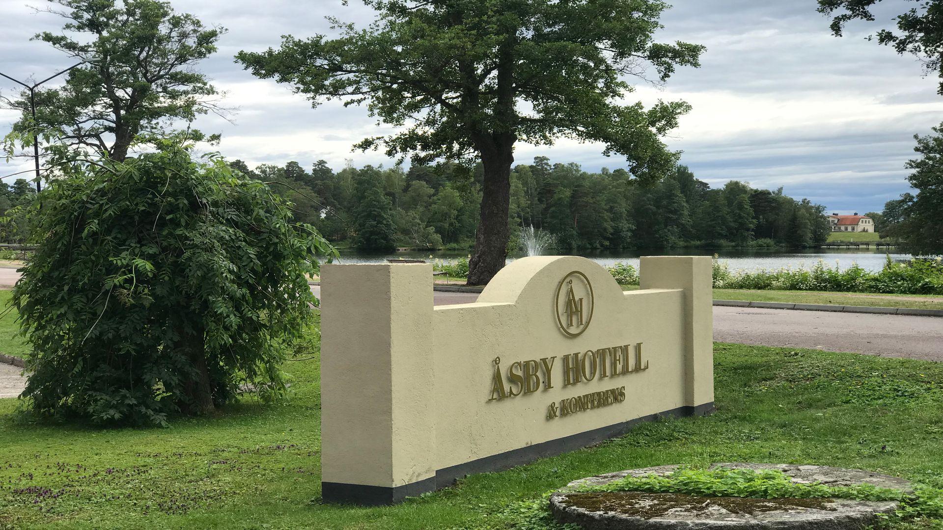 Skylt med texten Åsby Hotell i Hallstahammar. Fotograf: Pressbild