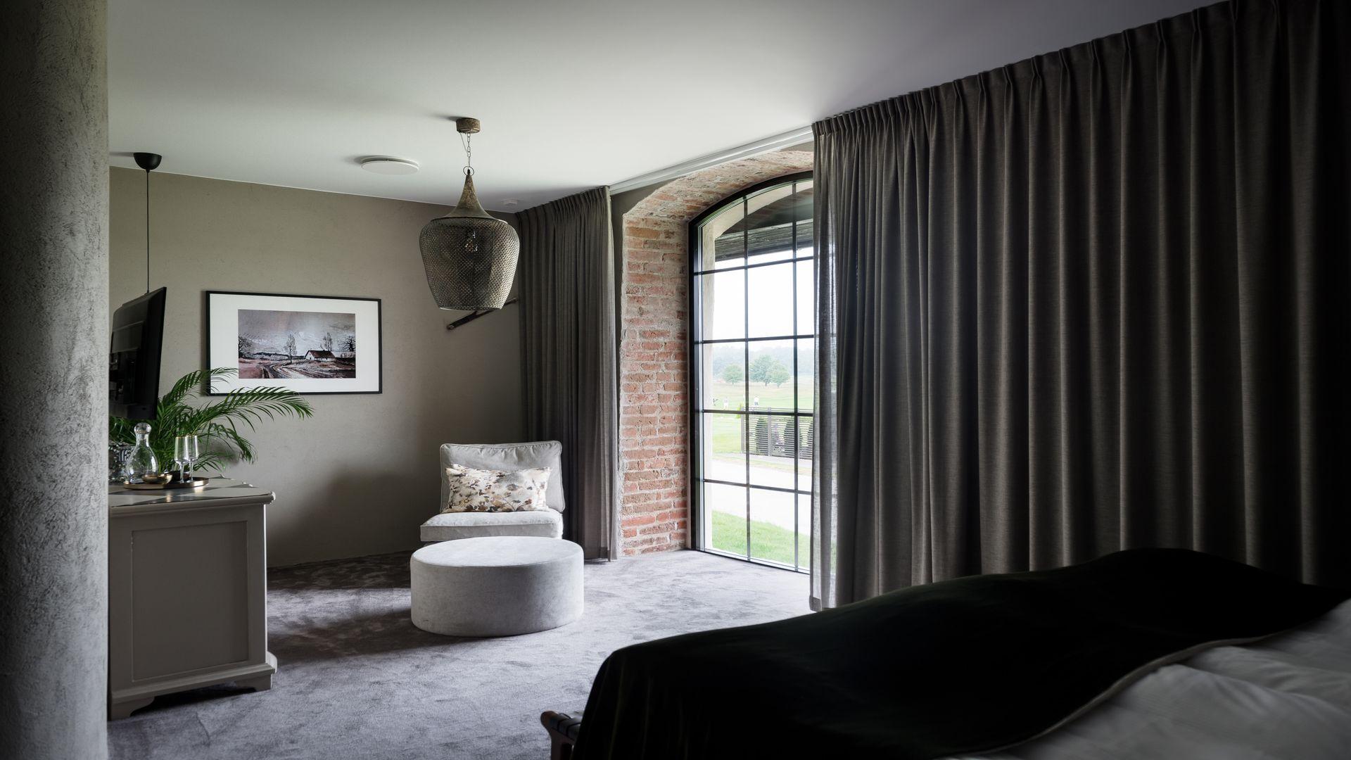 En av rummen på frösåker med en fåtölj och vackert ljusinsläpp. Foto: Pressbild
