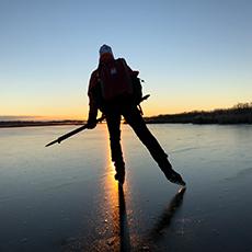 Långfärdsskridsko åkare i solnedgång. Pressbild.