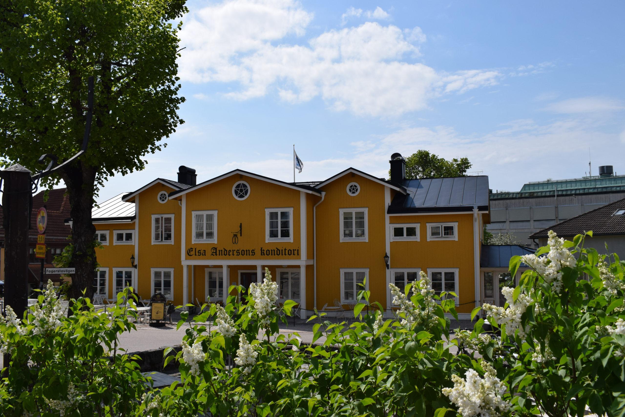 Vy över den gula villan Elsa Andersson Konditori. Fotograf: Pressbild