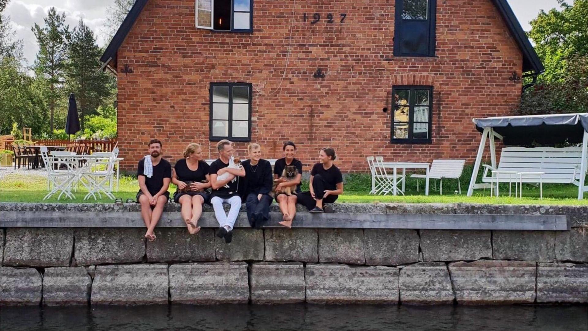 Gänget som arbetar på Genbergs Café sitter på bryggan intill cafét. Fotogra