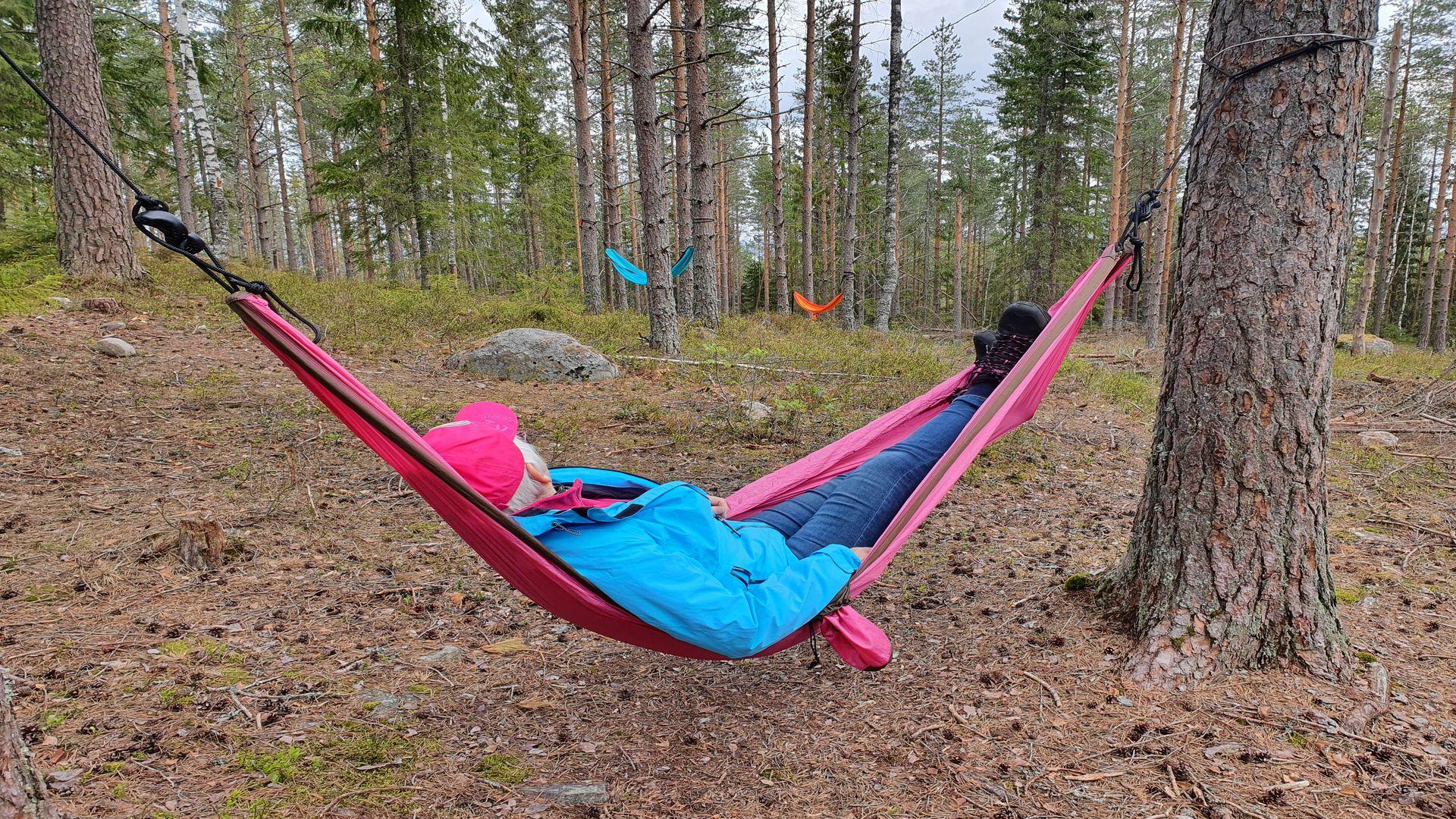 En man ligger i en hängmatta. Fotograf: Pressbild