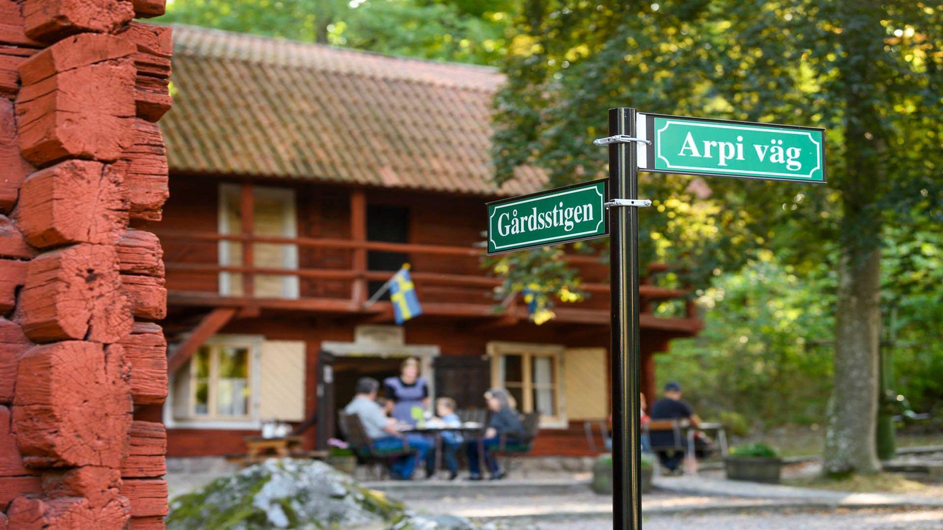 Gamla hus och skyltar på Gammelgården friluftsmuseum och Café. Fotograf: Pressbild