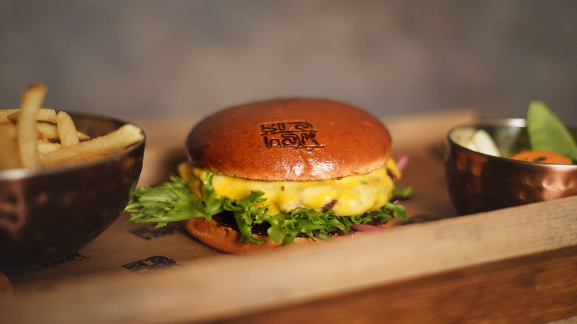 En riktigt smarrig hamburgare från Bra Hak. Fotograf: Bra Hak
