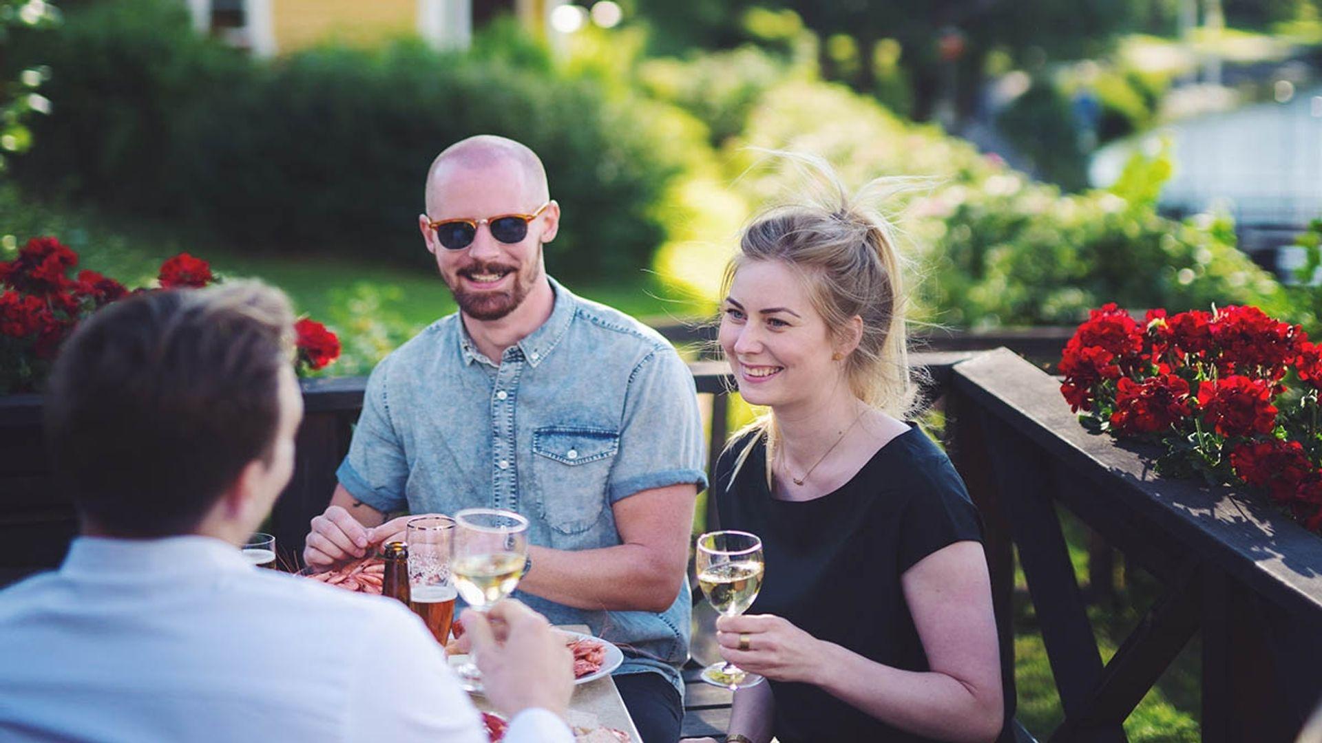 Två personer ler och håller i vinglas. Fotograf .Pressbild Linköping