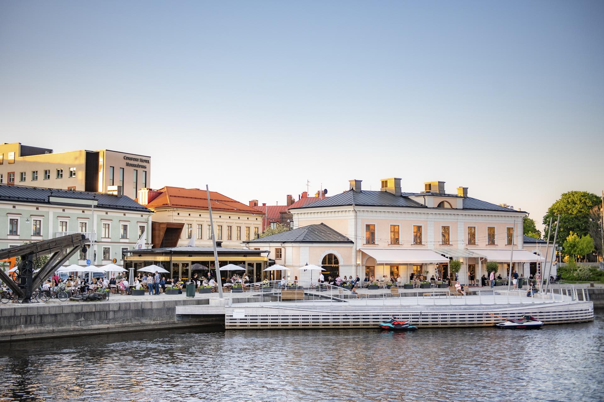 Vacker utsikt från vattnet mot tullhuset seaclub i Norrköping. Fotograf: Pressbild Norrköping