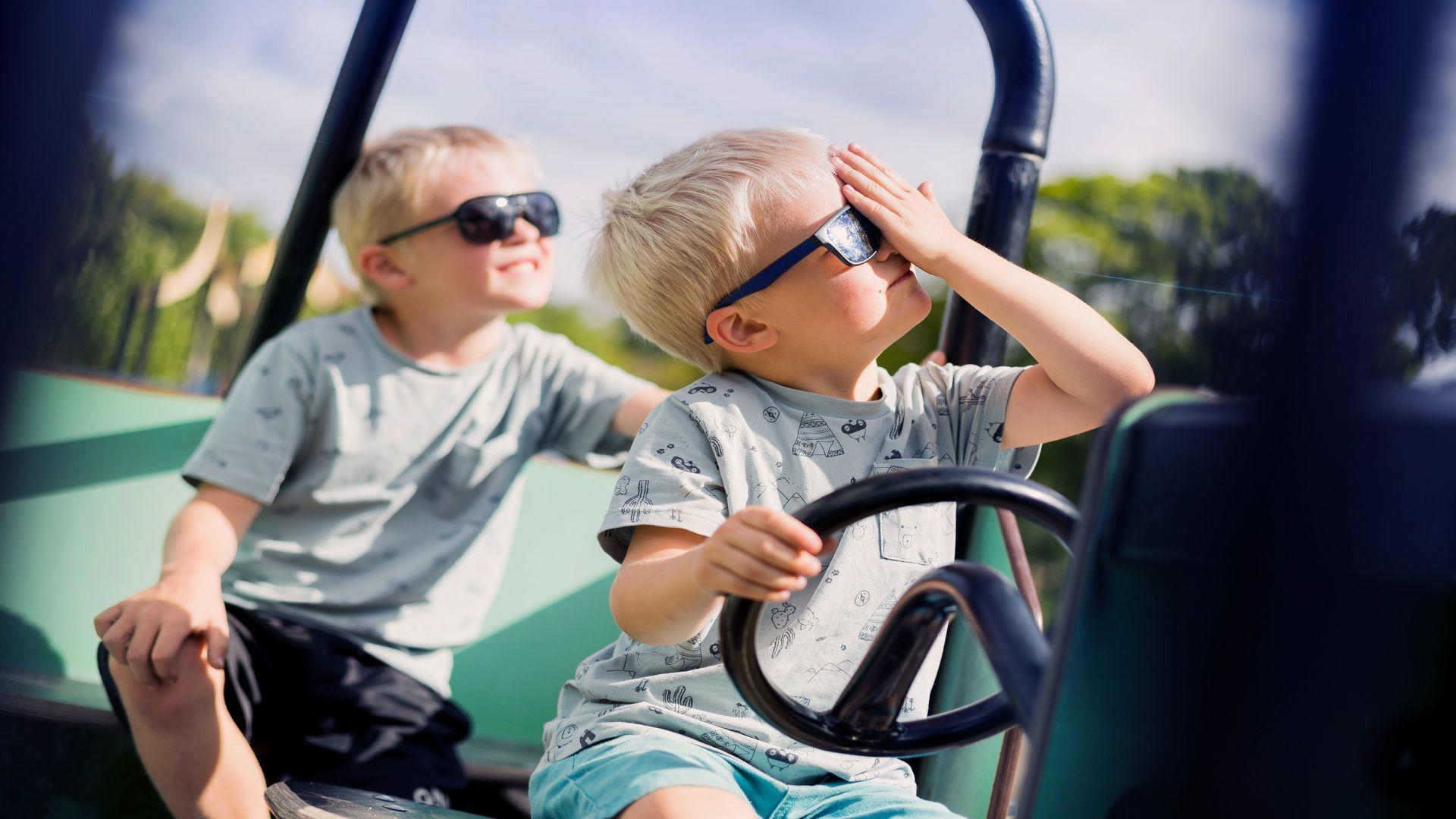 2 barn med solglasögon i solen. Fotograf: Jonas Classon