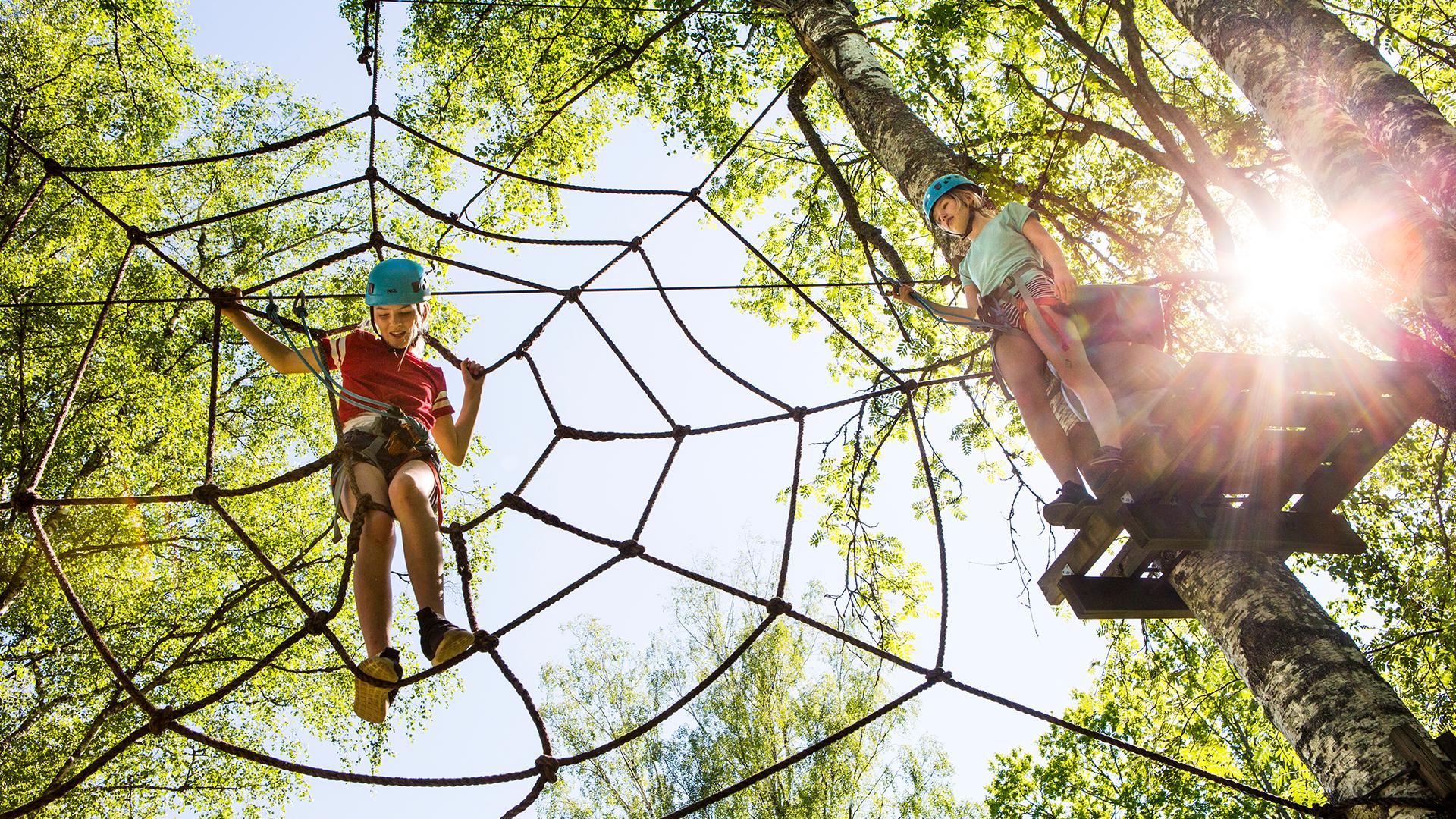 Barn klättrar i höghöjdsbanan på Björnö. Pressbild