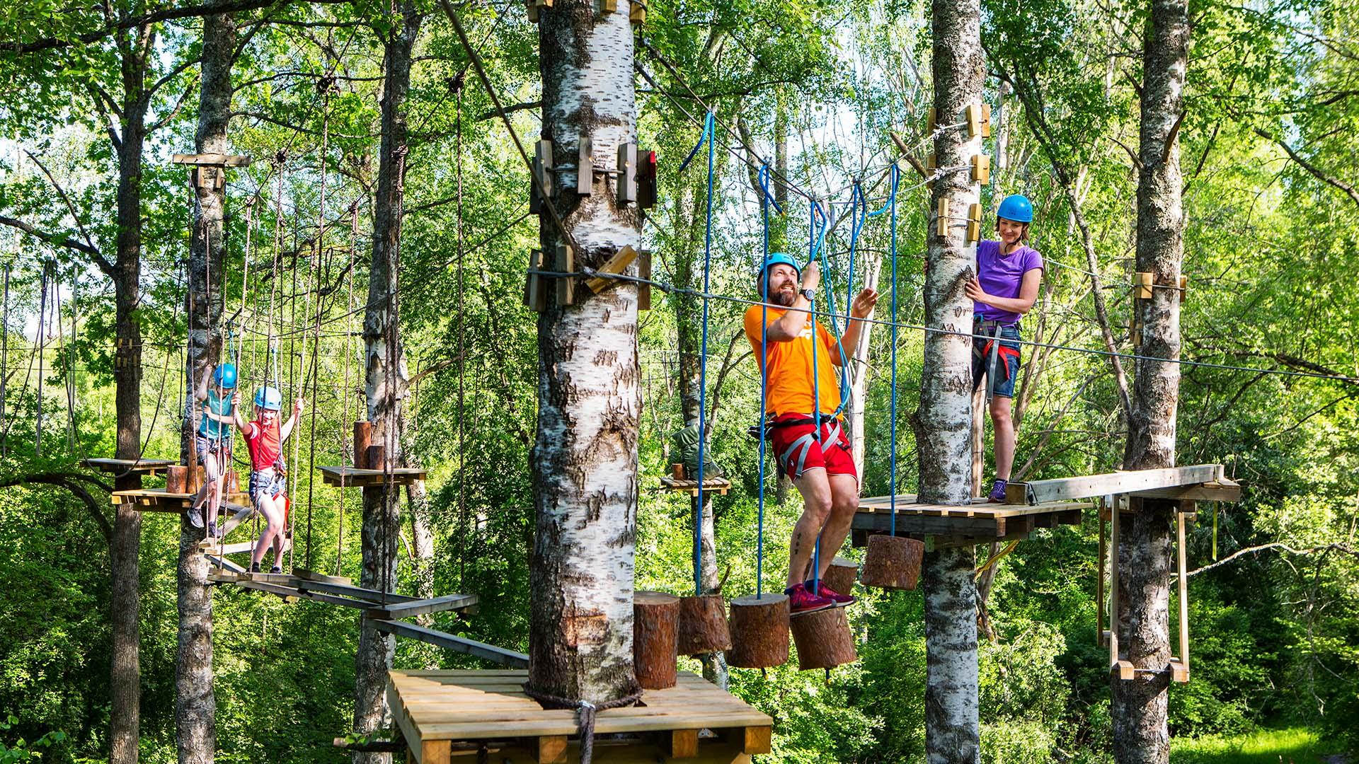 Familj som klättrar höghöjdsbanan på Björnö. Pressbild.