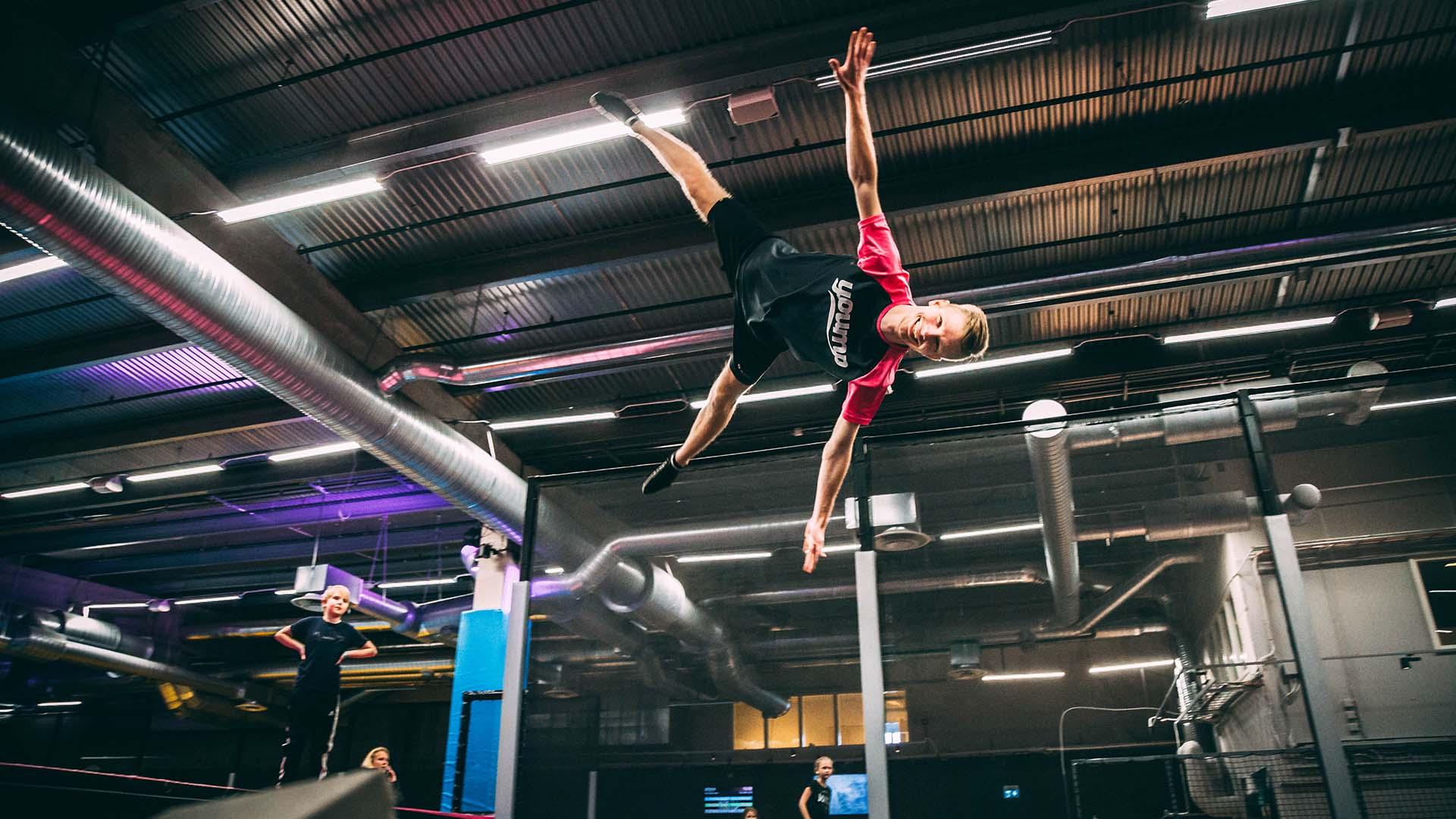 Kille som flyger genom luften på trampolinparken Yoump. Pressbild.