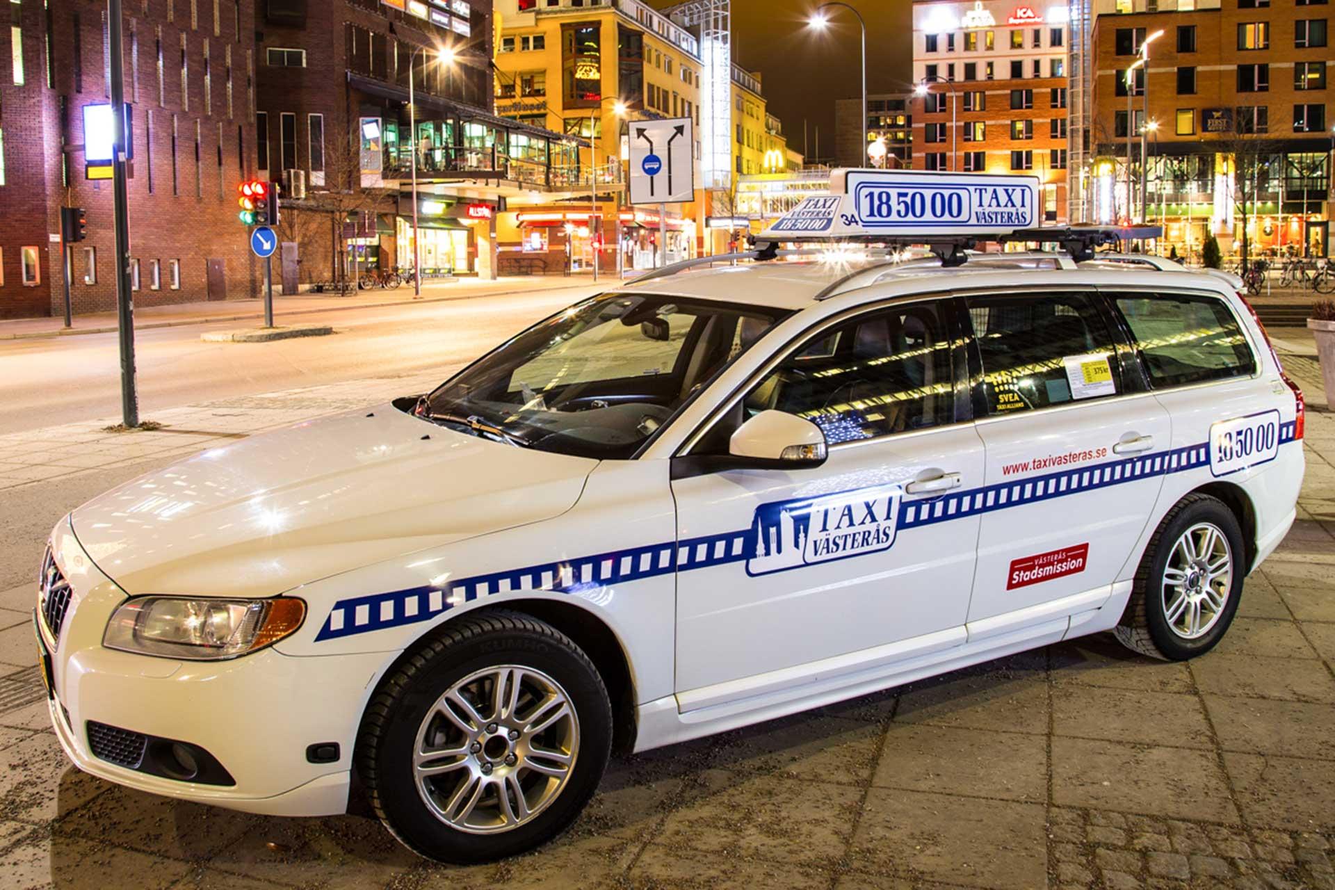 Taxibil från Taxi Västerås står parkerad utanför skrapan i Västerås. Fotograf: Pressbild