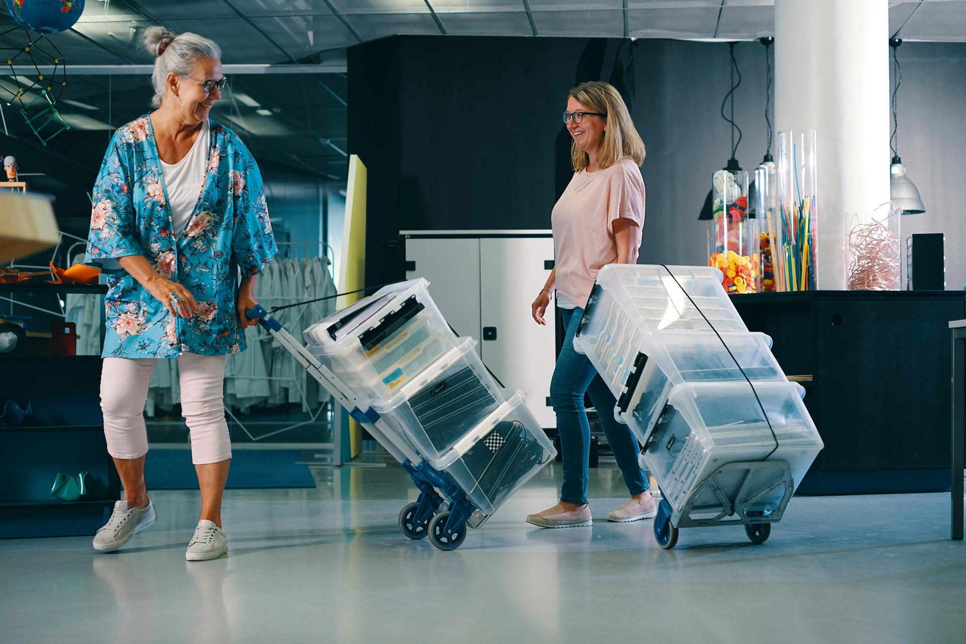 Lärare hämtar utlåningsmaterial till sin skola på expectrum i Västerås. Fotograf: Af Adam